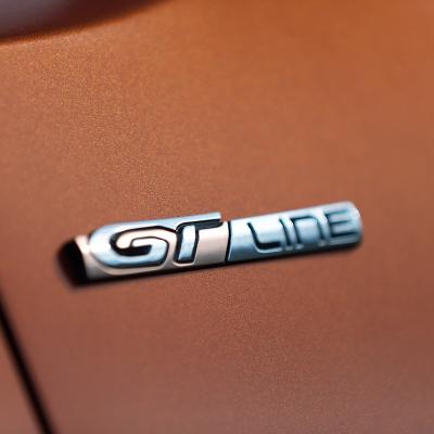 """Štítek """"GT LINE"""" zadní část vozu Peugeot Rifter"""